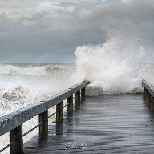 Estacade dans une mer démontée