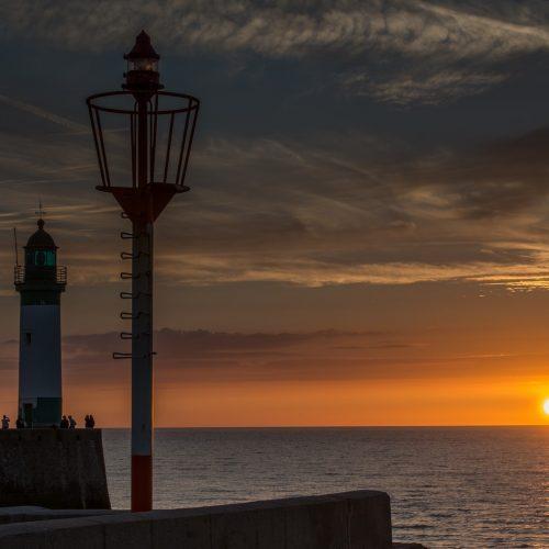 Le jour se couche sur le phare