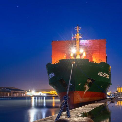 Cargo de nuit à quai